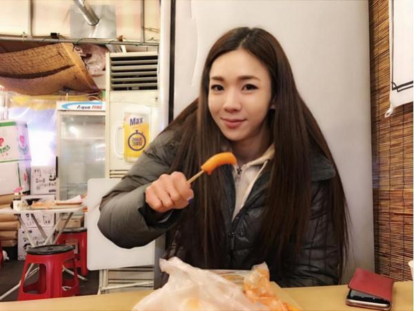 <strong>这位韩国正妹「超甜美娃娃脸」迷死上万宅男,但只要看到她的下半身后,大家</strong>