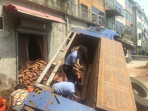 拉砖拖拉机侧翻司机被埋 警察徒手搬6000块砖救人  找话题