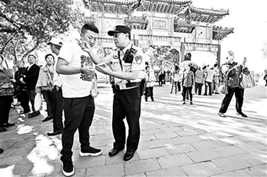 颐和园民警33年守护颐和园 街坊称其为指路哥